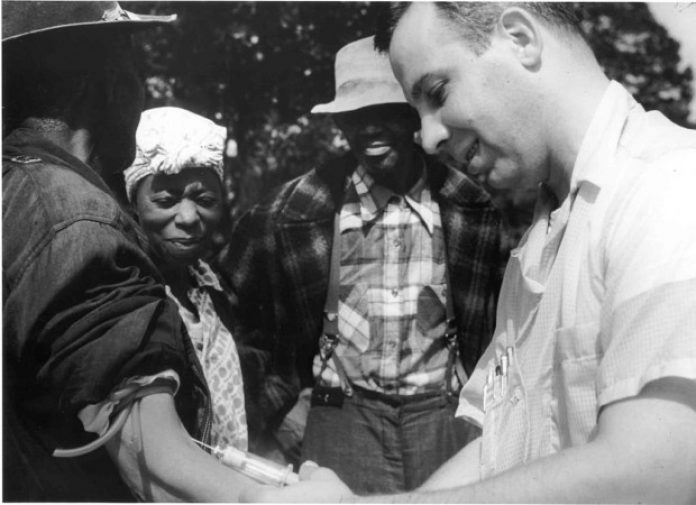 1024px-tuskegee-syphilis-study_doctor-injecting-subject-e1442792992908-696x505