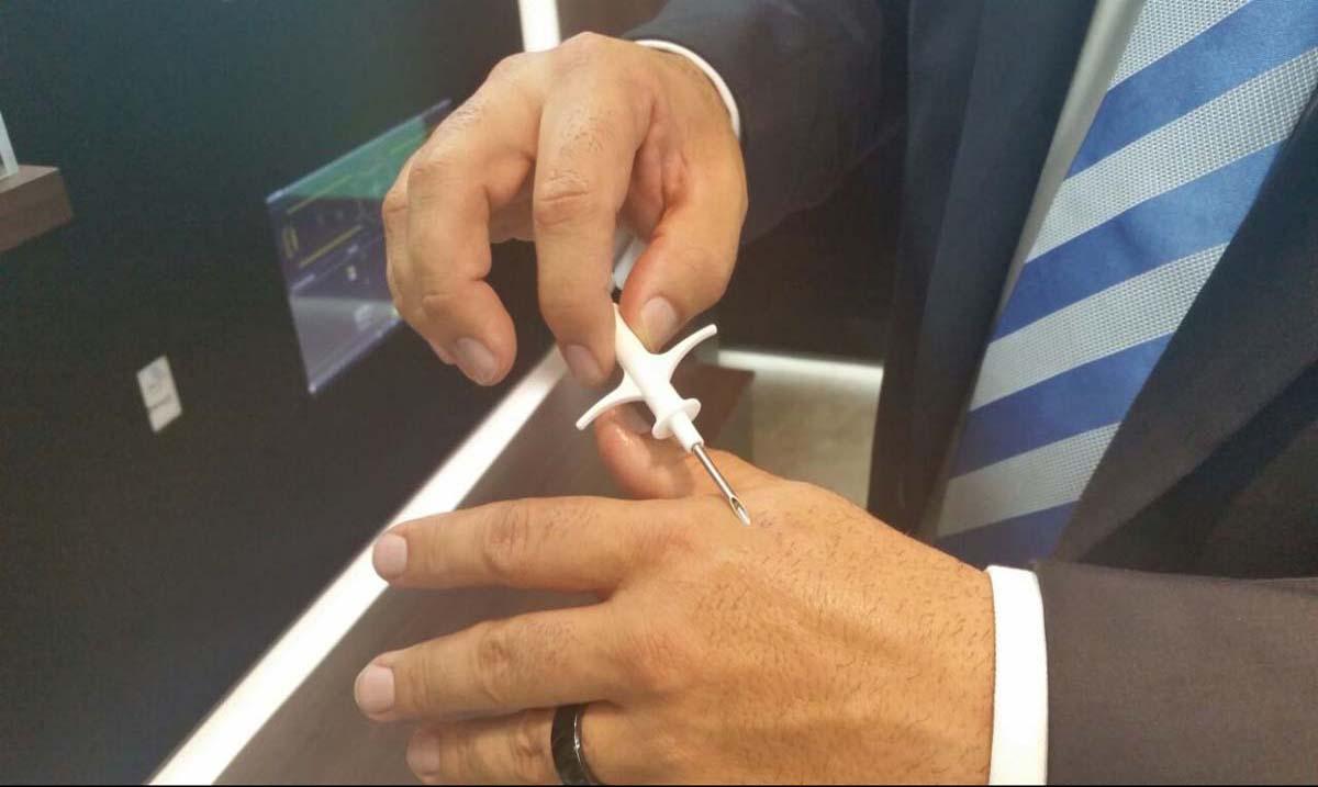 mano y microchip