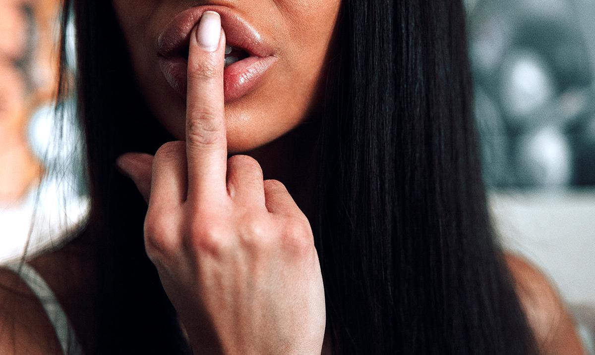 5 Ways Toxic Female Narcissists Break Down Other Women